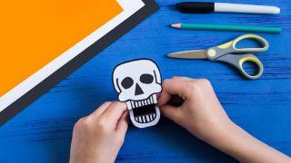 Comment faire un crâne effrayant en papier - Étape 3