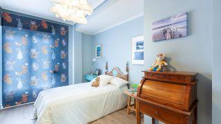 Chambre d'enfants classique et lumineuse en bleu turquoise