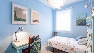 Chambre d'enfants décontractée dans les tons bleus