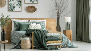 Chambre en vert kaki avec des meubles en bois