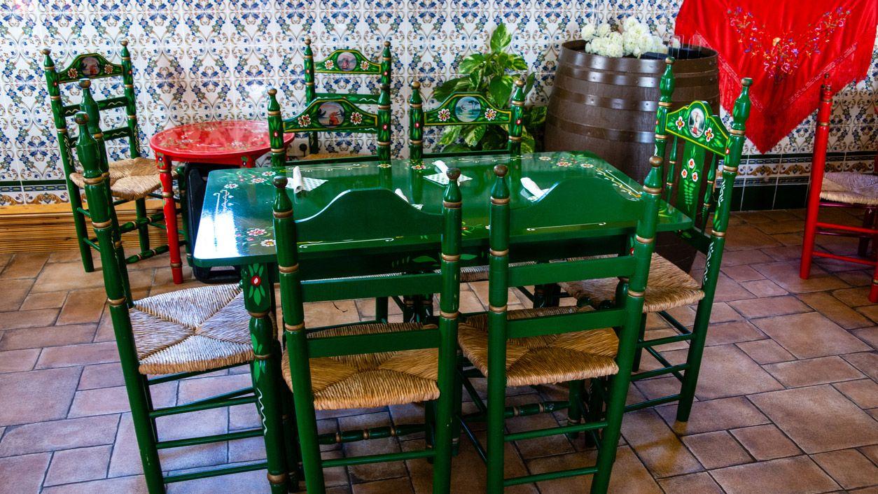 Peindre des fleurs sur des chaises vintage: une touche andalouse et bohème